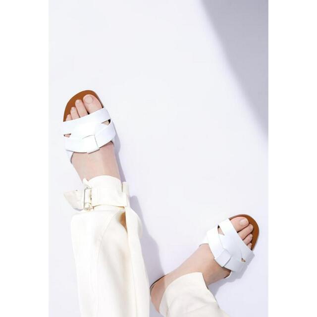 ZARA(ザラ)の《未使用》ZARA クロスオーバー レザー サンダル 37 ホワイト レディースの靴/シューズ(サンダル)の商品写真