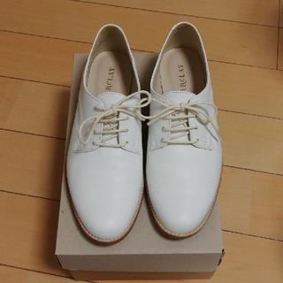 バークレー(BARCLAY)のBARKLEY フラットシューズ 白 23.5cm(ローファー/革靴)