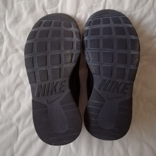 NIKE(ナイキ)のNIKE キッズスニーカー22.0 オールブラック 黒 キッズ/ベビー/マタニティのキッズ靴/シューズ(15cm~)(スニーカー)の商品写真