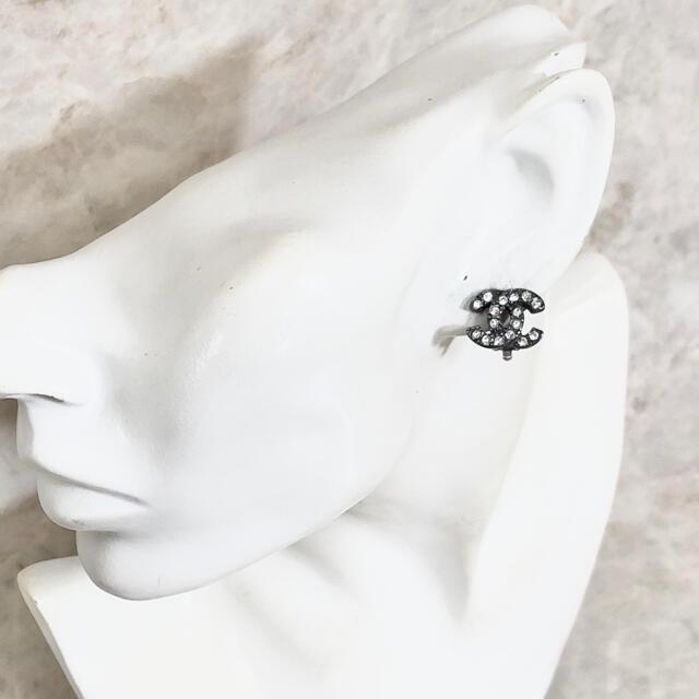 CHANEL(シャネル)の正規品 シャネル イヤリング シルバー ココマーク ラインストーン 石 ブラック レディースのアクセサリー(イヤリング)の商品写真