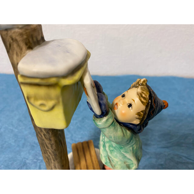 【ドイツ・ゲーベル社フンメル人形 雪の日のポスト&クマを抱いた男の子と女の子】 インテリア/住まい/日用品のインテリア小物(置物)の商品写真
