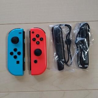 ニンテンドースイッチ(Nintendo Switch)のSwitchジョイコン2個(赤はジャンク品)+新品ストラップのセット(その他)