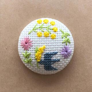 刺繍ヘアゴムorブローチ 鳥とお花と木の実(コサージュ/ブローチ)