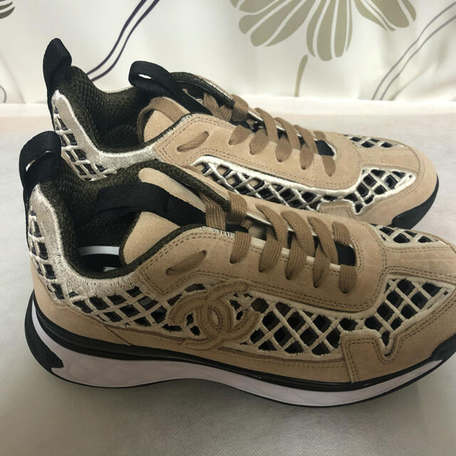 CHANEL(シャネル)の試着のみ CHANEL シャネル 新作 スニーカー  サイズ37 ベージュ  レディースの靴/シューズ(スニーカー)の商品写真