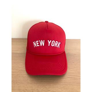 ニューエラー(NEW ERA)の【新品同様】ニューエラ『ニューヨーク』トラッカーメッシュキャップ/限定/レッド(キャップ)
