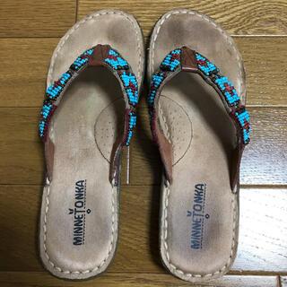 ミネトンカ(Minnetonka)のミネトンカ 青色tanアーバン トングビーズ刺繍サンダル6 22.5~23㎝(サンダル)