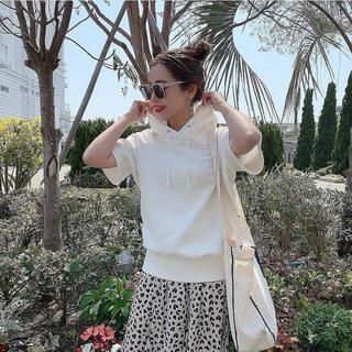 ザラ(ZARA)のbaybee short sleeve hoodie(white)(パーカー)
