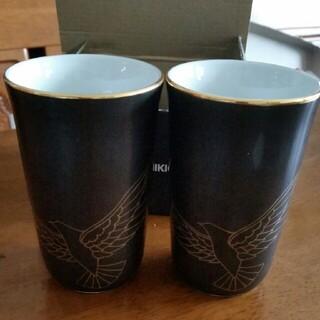 タチキチ(たち吉)の新品 未使用 箱入り たち吉 黒地に金縁 鳥の模様陶器ペアグラス(グラス/カップ)