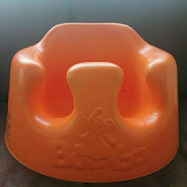 Bumbo(バンボ)のバンボ オレンジ  キッズ/ベビー/マタニティのキッズ/ベビー/マタニティ その他(その他)の商品写真
