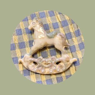 ロキエ(Lochie)の木馬 ブローチ(コサージュ/ブローチ)