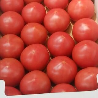 赤いグミのジュースとトマトです。(野菜)
