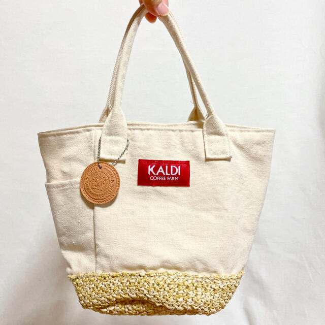 KALDI(カルディ)の♡カルディ♡ チャーム付き ランチバッグ トートバッグ かごバッグ レディースのバッグ(トートバッグ)の商品写真