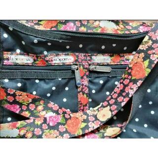 レスポートサック(LeSportsac)のレスポートサック黒に水玉 ベルトは華やかな花柄 部屋3ある大容量 横幅(ショルダーバッグ)
