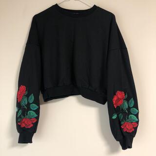 スピンズ(SPINNS)のSPINNS 薔薇 刺繍 ショート丈トップス スウェット(トレーナー/スウェット)