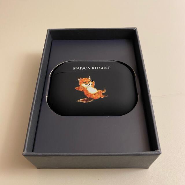 MAISON KITSUNE'(メゾンキツネ)のメゾンキツネ CHILLAX FOX CASE AirPods Proケース スマホ/家電/カメラのスマホアクセサリー(モバイルケース/カバー)の商品写真