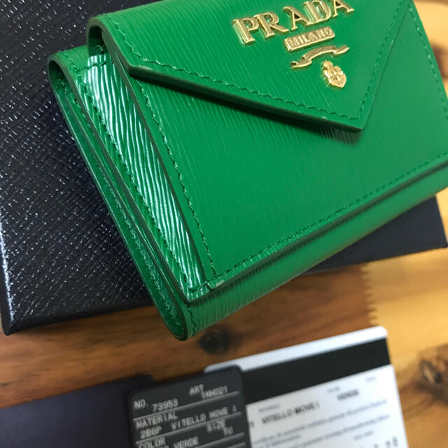 PRADA(プラダ)の新品同様 極美品 プラダ ミニ財布 三つ折り財布 ミニウォレット グリーン メンズのファッション小物(折り財布)の商品写真