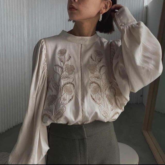 Ameri VINTAGE(アメリヴィンテージ)の LADY EMBROIDERY PUFF BLOUSE レディースのトップス(シャツ/ブラウス(長袖/七分))の商品写真