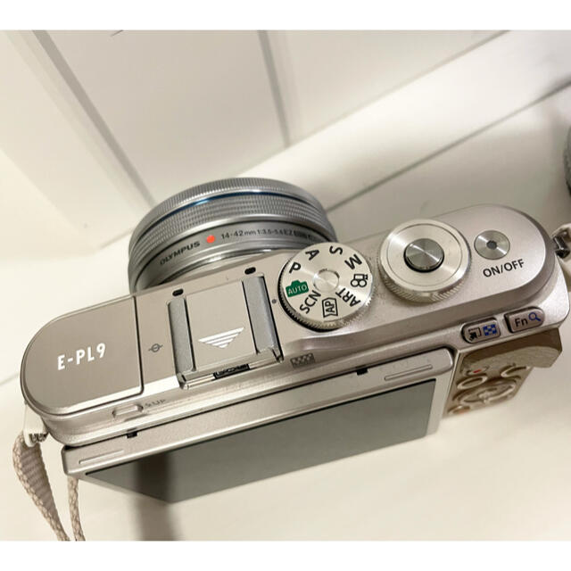 OLYMPUS(オリンパス)のOLYMPUS オリンパスペン E-PL9 ダブルズームキット ブラウン スマホ/家電/カメラのカメラ(ミラーレス一眼)の商品写真