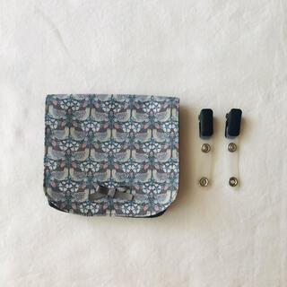 移動ポケット マチありクリップ付き リバティプリント〈ストロベリーフィースト〉(外出用品)