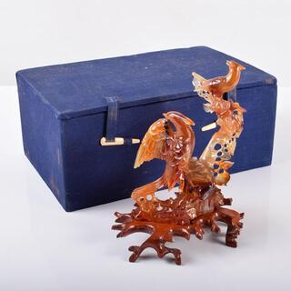 中国 玉石赤瑪瑙彫刻 木に鳥 置物 唐木台付 M R3670(彫刻/オブジェ)