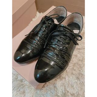 ミュウミュウ(miumiu)のミュウミュウ パテントレザービジュー(ローファー/革靴)
