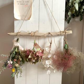 アンニュイカラーが綺麗です☺️流木とルナリア、紫陽花の壁掛け