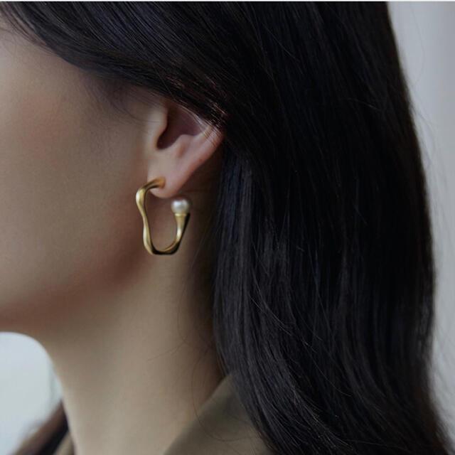 IENA(イエナ)の006 変形 パール 付き フープピアス マットゴールド 韓国 人気 レディースのアクセサリー(ピアス)の商品写真