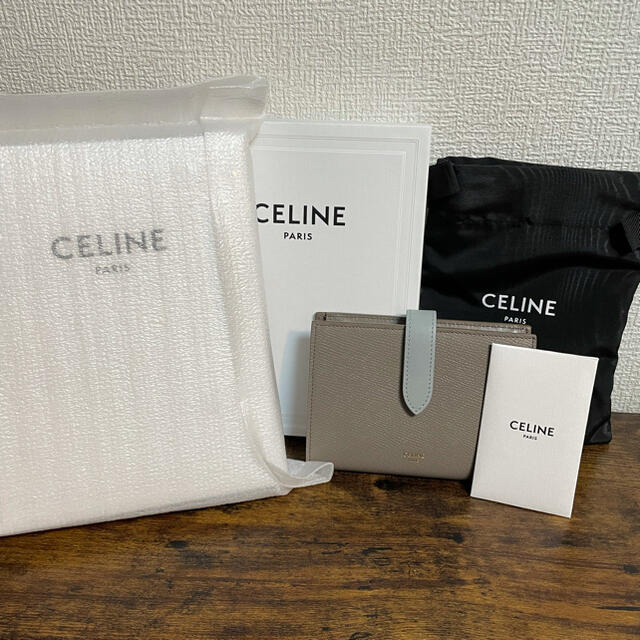 celine(セリーヌ)のセリーヌ 新品 Celine ミディアム ストラップ 財布 ペブル/ミネラル レディースのファッション小物(財布)の商品写真