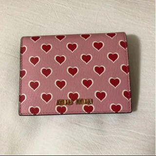 ミュウミュウ(miumiu)のmiu miu ハートモチーフ折りたたみ財布(財布)