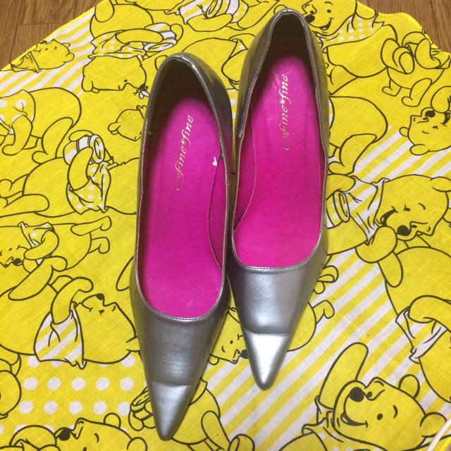 グレーでヒールがピンクのパンプス レディースの靴/シューズ(ハイヒール/パンプス)の商品写真