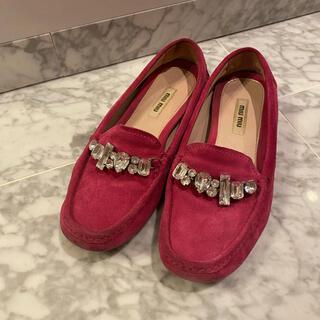 ミュウミュウ(miumiu)のmiumiuビジューローファー(ローファー/革靴)