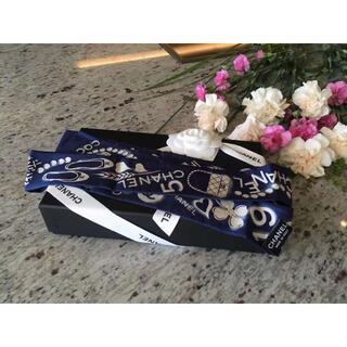シャネル(CHANEL)の★正規品★CHANEL★ロングリボンスカーフ★シルク100%★白×紺(バンダナ/スカーフ)