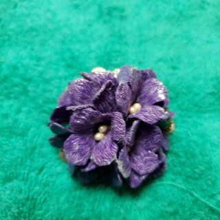 本革にコーティング 紫 あじさい ブローチ 直径5㎝×高さ3㎝(外出用品)