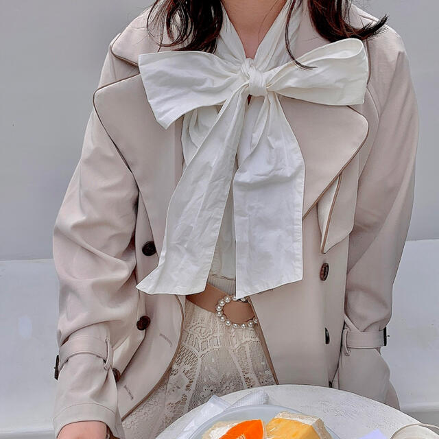 one after another NICE CLAUP(ワンアフターアナザーナイスクラップ)のdeisy lotte ビッグリボンブラウス  ホワイト 白 半袖 夏服 レディースのトップス(シャツ/ブラウス(半袖/袖なし))の商品写真