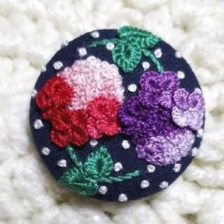 ハンドメイド くるみボタン 刺繍ブローチ♡ 紫陽花 レッド・パープル(コサージュ/ブローチ)