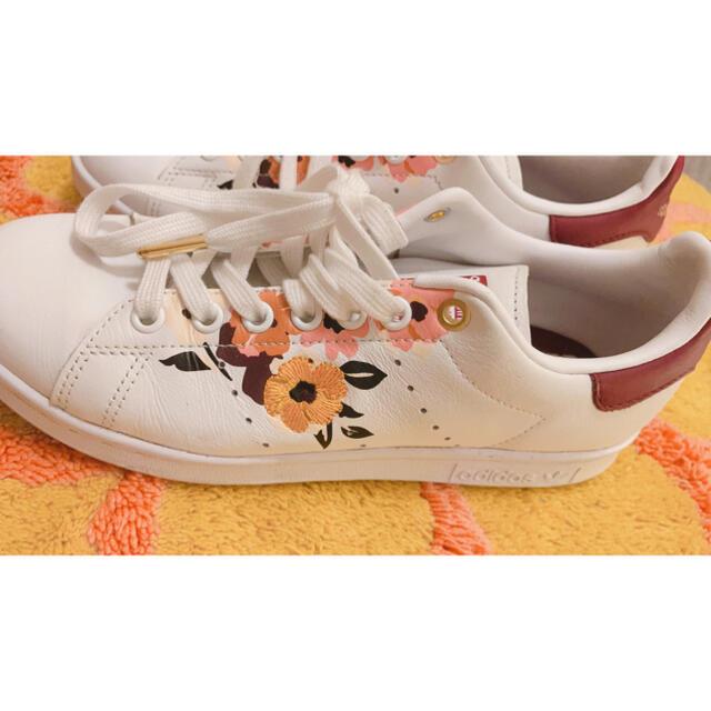 adidas(アディダス)のアディダス スタンスミス フラワー 刺繍 白 パワーベリー 24.5 レディースの靴/シューズ(スニーカー)の商品写真
