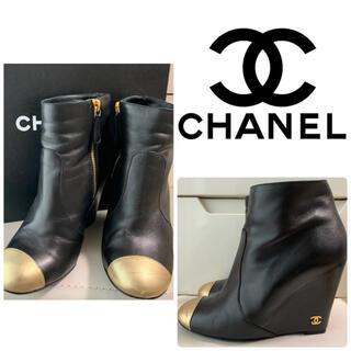 シャネル(CHANEL)のCHANEL ブラックレザー ミニアイコン ブーツ(ブーツ)