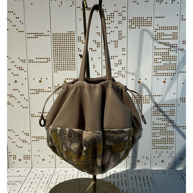 mina perhonen(ミナペルホネン)のミナペルホネン pizza bag 未使用、未開封 本革gray✖️jardin レディースのバッグ(ハンドバッグ)の商品写真