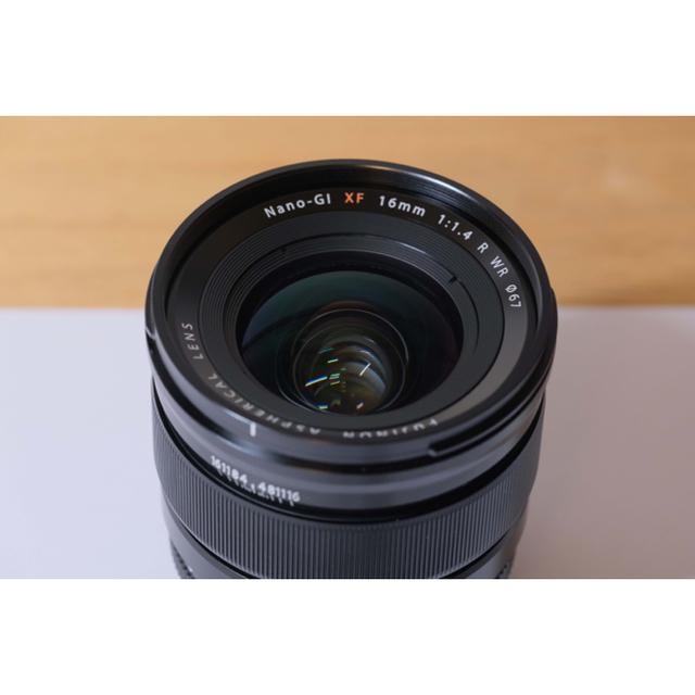 富士フイルム(フジフイルム)のFUJIFILM XF 16mm F1.4 R WR 純正角型フード付き スマホ/家電/カメラのカメラ(レンズ(単焦点))の商品写真