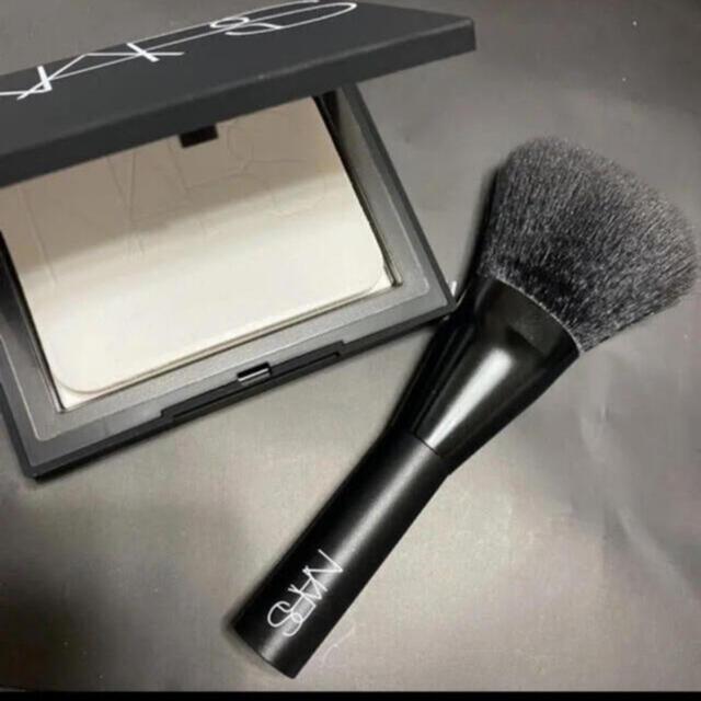 NARS(ナーズ)の新品未使用 NARS  ナーズ  ブラッシュブラシ 1本 新品未使用 コスメ/美容のベースメイク/化粧品(フェイスパウダー)の商品写真
