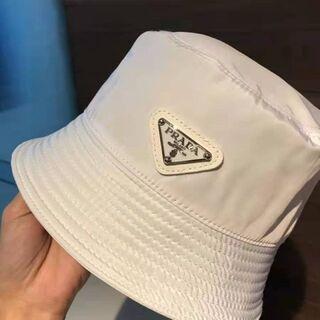 PRADA - 定番人気  男女兼用 PRADA /プラダ キャップ 帽子/ 黒と白の2色