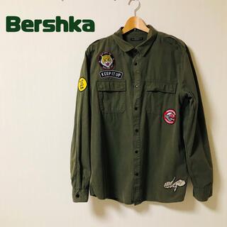 ベルシュカ(Bershka)のBershka ワッペンつき 深緑 ジャケット ベルシュカ(ミリタリージャケット)