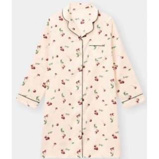 GU - S 新品 GU サテン パジャマ ワンピース ピンク チェリー ルームウェア