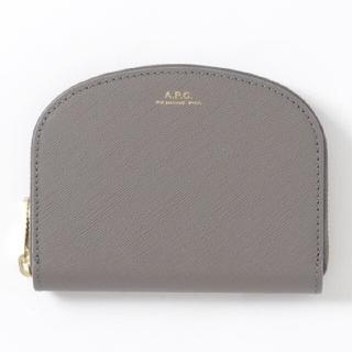 アーペーセー(A.P.C)のA.P.C. COMPACT DEMI-LUNE 財布 エンボス グレー apc(財布)