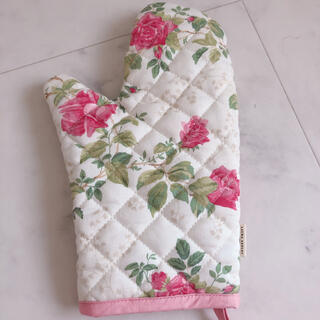 ローラアシュレイ(LAURA ASHLEY)のローラアシュレイ  鍋つかみ  ミトン  花柄  薔薇柄 バラ ピンク(収納/キッチン雑貨)