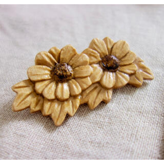 木彫り 花のブローチ ハンドメイド(コサージュ/ブローチ)