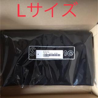 シュプリーム(Supreme)のSupreme KAWS Chalk Logo Tee Lサイズ 黒(Tシャツ/カットソー(半袖/袖なし))