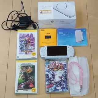 プレイステーションポータブル(PlayStation Portable)のPSP3000本体(メモリーカード4GB、箱付き)とソフト3本セット(携帯用ゲーム機本体)