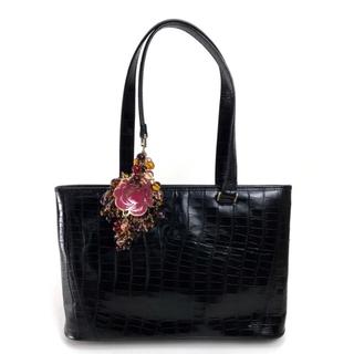ジャンニヴェルサーチ(Gianni Versace)のジャンニ・ヴェルサーチ クロコ型押しレザーフラワーチャームトートバッグレディース(トートバッグ)