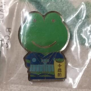 マザーハウス(MOTHERHOUSE)のマザーグースの森 カエルくん ピンバッジ 七五三(キャラクターグッズ)